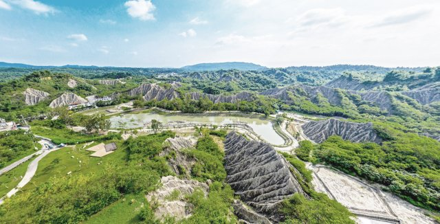 高雄泥岩惡地地質公園包含烏山頂泥火山地景自然保留區等多個地點。(高市府提供)