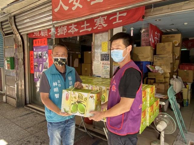 蔡適應捐30箱文旦給人安基金會。(蔡適應服務處提供)