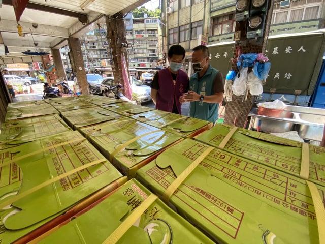 蔡適應捐30箱文旦給人安基金會。