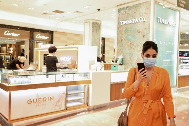全球疫情肆虐造成奢侈品業者遭受衝擊,實體通路更是受到重創,使品牌業者更加意識到數位轉型和全通路發展的重要性。圖為示意圖。(ALAIN JOCARD/AFP via Getty Images)