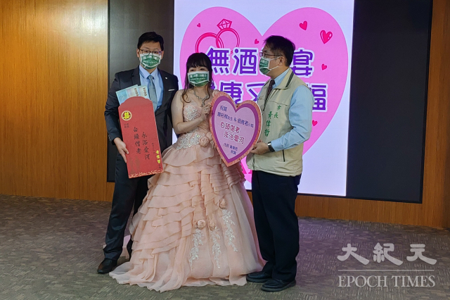 向酒駕宣戰,台南市將推動無酒婚宴補助、落實工地無酒文化等,圖為市長黃偉哲發紅包鼓勵舉辦「無酒婚宴」的新人。(記者賴友容/攝影)