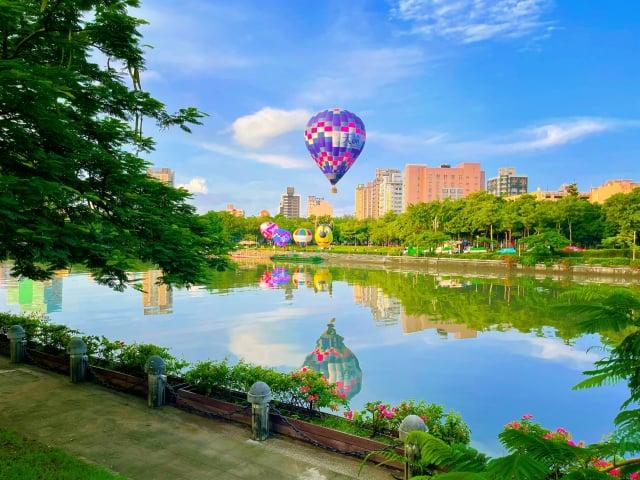愛河熱氣球繫留試飛成功,晨曦搭配合河景,展現高市獨特之美。(高市府提供)