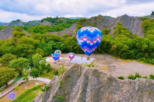 高市府觀光局在田寮月世界進行熱氣球繫留升空測試,經專業團隊評估,熱氣球試飛成功。