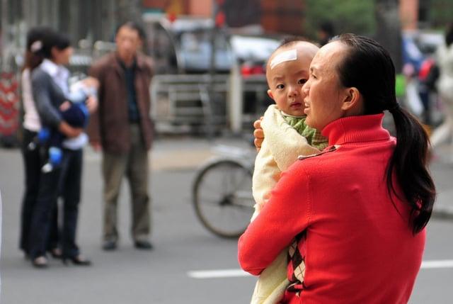 中國新生兒出生率連年下跌,官媒不得不祭出各種方式「催生」。示意圖。(FREDERIC J. BROWN/AFP/Getty Images)