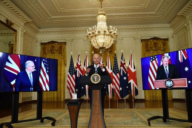 拜登(Joe Biden)15日在白宮與英國首相強森(Boris Johnson)、澳洲總理莫里森(Scott Morrison)召開三方視訊聯合記者會。(BRENDAN SMIALOWSKI/AFP via Getty Images)