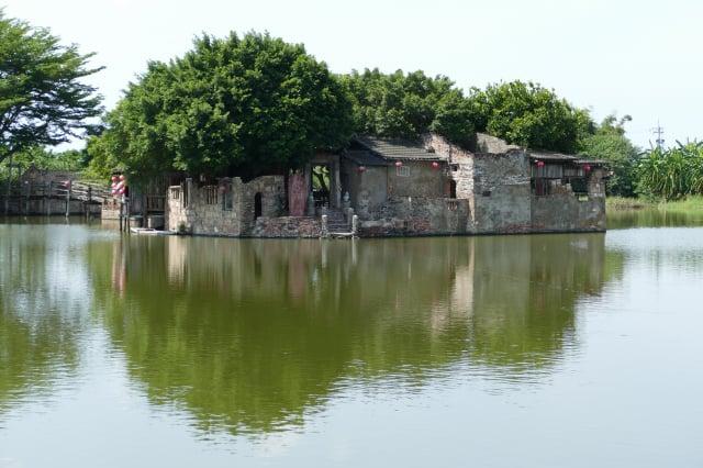 「臺南學甲秘境」的「老塘湖藝術村」,屬於戶外場所,是疫情微解封的旅遊好所在。(記者鄧玫玲/攝影)