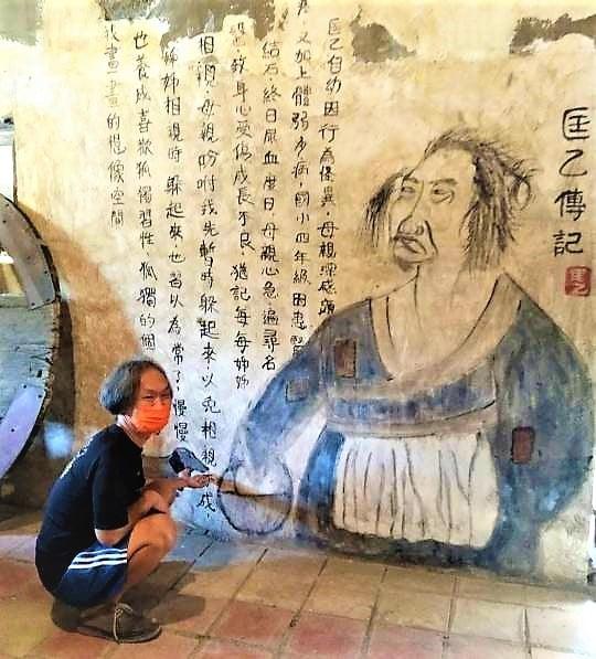 在武漢(新冠)疫情休園期間,匡乙在創作壁畫方面特別努力,在號稱「叫花子店舖」裡,四面牆壁的壁畫,讓人感覺是好幾百年的古蹟。