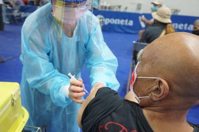 9月17日起,將開放7月9日前已接種第一劑莫德納疫苗,且間隔滿10週以上的75歲(含)以上接種第二劑莫德納。圖為資料照。(中央社)
