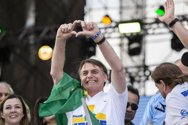 圖為巴西總統波索納洛(中)資料照。(Rebeca Figueiredo Amorim/Getty Images)