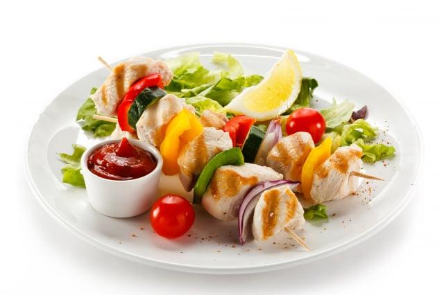 肉串做好後應放冰箱中冷凍或冷藏,運送途中用保溫箱加冰或其他方式維持低溫,保證肉串的新鮮。(123RF)