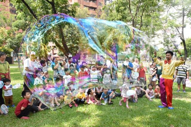 中秋連假,屏東可可園區以「中秋童趣人團圓」為主題,規劃巨型夢幻泡泡與小丑氣球雜技。(屏東縣政府提供)