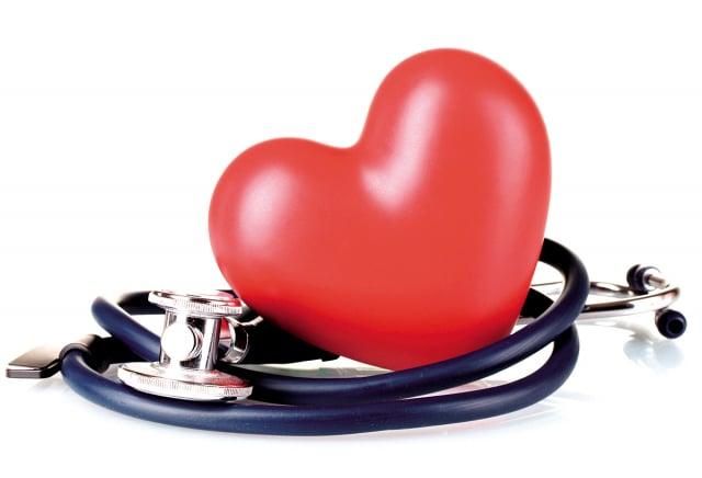 心雜音是心臟血管內的血流速度較快,產生亂流時所發出的聲音。醫師通常藉由聽到心雜音的位置、聲音大小和聲音特性,進行初步的診斷。(Shutterstock)