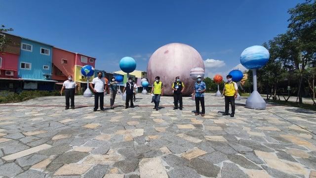 冬山火車站前廣場設置10米高月球及12顆小行星,陪你過中秋3。 (1)