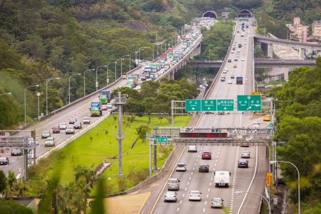 因應中秋連假,交通部規劃多項疏導措施,包括國道實施精進式匝道儀控、入口匝道儀控、高乘載管制、匝道封閉、開放41處路肩等。圖為國道3號。(記者陳柏州/攝影)