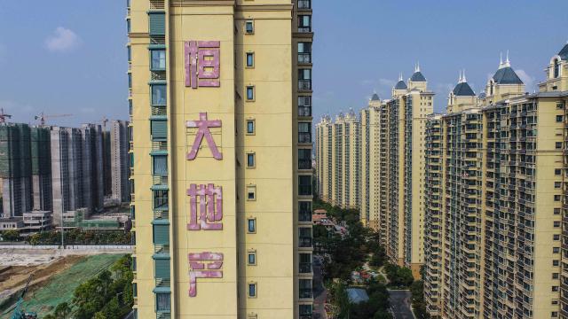 總體經濟學家吳嘉隆表示,恆大財務危機可謂「中國版的雷曼兄弟事件」。(STR/AFP via Getty Images)