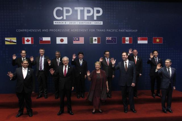 圖為2018年3月8日,CPTPP成員國的代表在智利首都聖地牙哥簽署協議。( CLAUDIO REYES/AFP via Getty Images)