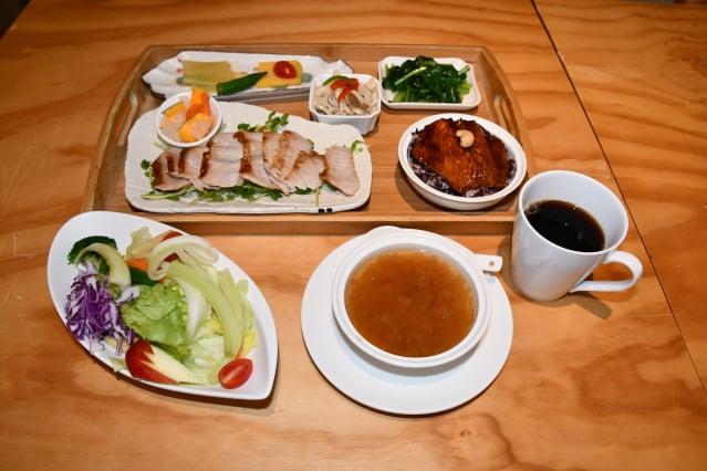 餐廳主廚推薦「松坂豬」套餐,採用本土豬肉,Q彈多汁。