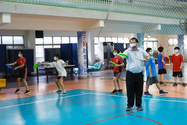 柯幸宜校長積極爭取政府和企業資源,今年新豐國小排球場更換新地板,讓學生有更好的運動環境。