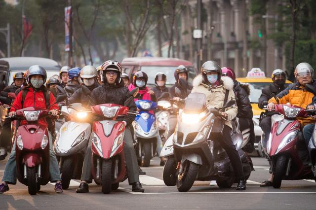 對此民團呼籲解除內側道路禁行機車及兩段式左轉等規定,交通部表示,尊重地方政府的交通管理規劃。(記者陳柏州/攝影)