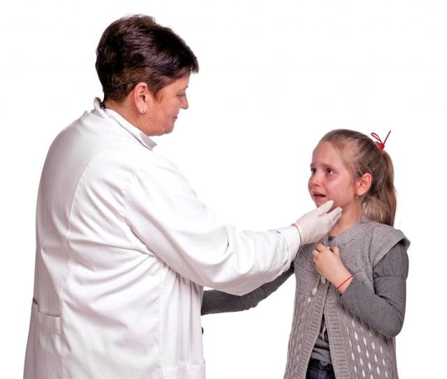 女童牙齦發炎導致發燒,媽媽不願意讓女童吃抗生素,帶往看中醫。(Fotolia)