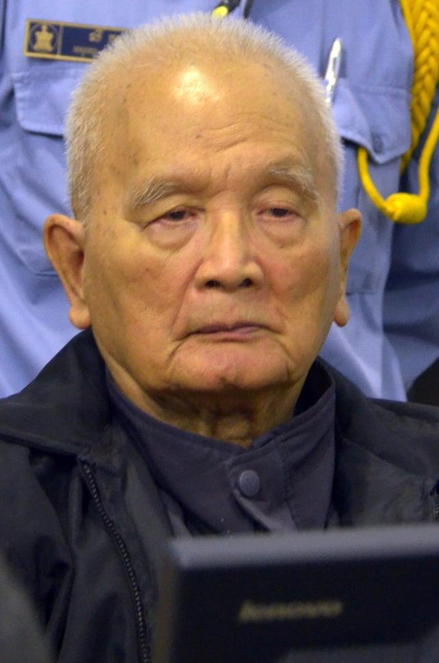 前紅色高棉領導人農謝為毛派政權統治柬埔寨時所犯下的暴行表示悔恨,並承認對此負有責任。圖為2012年1月10日,農謝出席金邊法庭。(AFP)