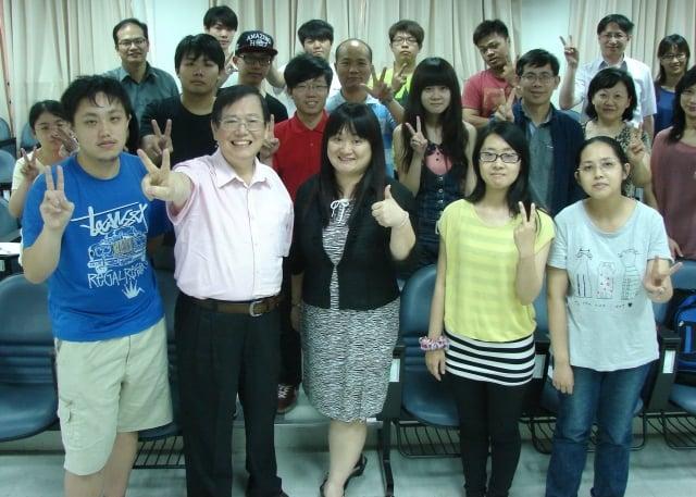 本報記者徐乃義(前左2)訪問桃創黃美雲組長(前左3)和師生一起合影。(記者陳建霖/攝影)