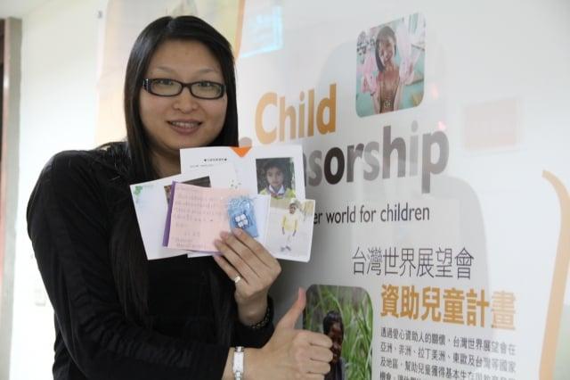 吳鳳科大講師未婚的曾懷萩透過台灣世界展望會資助竂國女兒與剛果兒子。(記者蘇泰安/攝影)