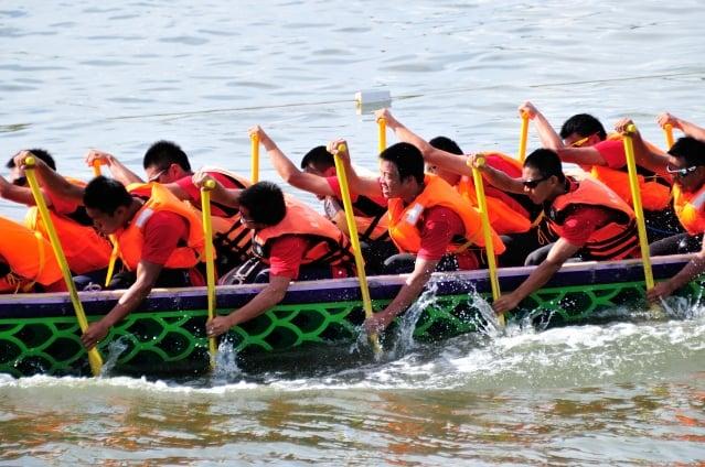 屏東縣東港龍舟競賽,參賽隊伍益驊有限公司的選手頂著烈陽,個個卯足全力,奮力向前划。(記者羅瑞勳/攝影)