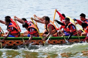 屏東縣東港龍舟競賽,參賽選手頂著烈陽,個個卯足全力,奮力向前划。(記者羅瑞勳/攝影)