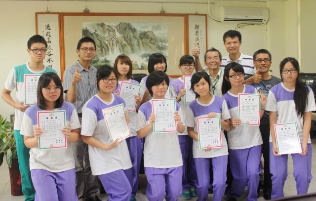竹山高中10位獲獎學子分享部分獎金傳遞愛心,師長們齊說「讚」!(記者林萌騫/攝影)