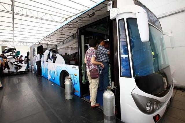 19日首先在科博館亮相的白海豚藍白BRT雙節車體,吸引市民爭相體驗BRT的新感受。(台中市政府提供)