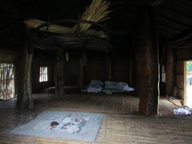 而火爐的上方通常會吊掛一個竹編的籃子,因早期沒有冰箱,所以阿美族人通常會將未食用完的食物儲藏於籃子內保存,另外阿美族人會將酒和煙燻過後的肉品存放於儲藏室內可以用來招待客人,而且只有家中最為年長的女性才有資格打開儲藏室取用食物。(何晉航/攝影)