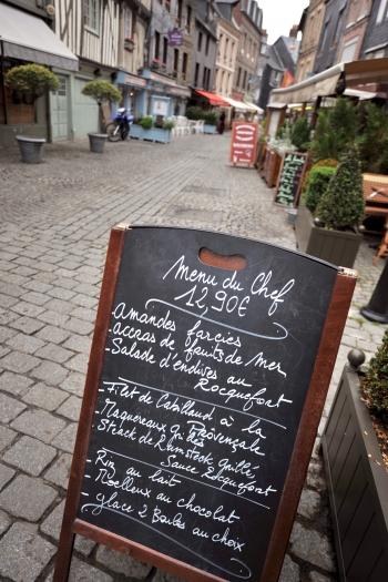 擺在路邊的餐牌。(AFP )