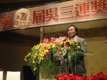 李國修獲得2011年吳三連獎《京戲啟示錄》。(屏風表演班提供)