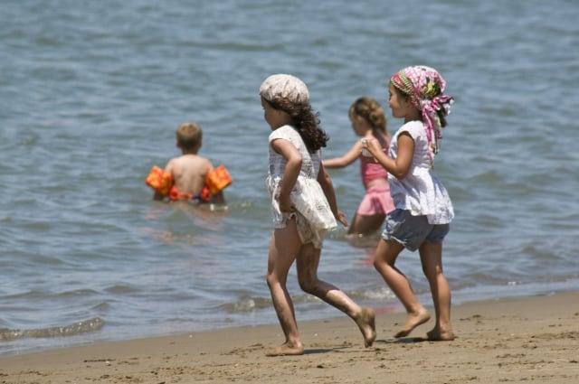 6月30日,炎熱的天氣讓舊金山的孩子們紛紛跑到沙灘玩水。(記者曹景哲/攝影)