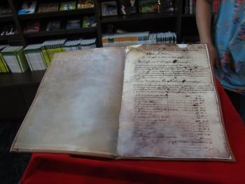 展出的三卷檔案記錄17世紀臺灣原住民的社會、宗教、語言、文化的生活樣貌,留下了豐富的歷史紀錄。(記者簡惠敏/攝影)