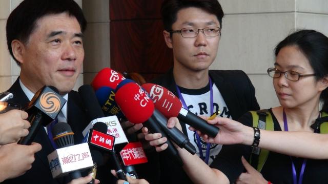 台北市長郝龍斌與國台辦主任張志軍在上海會面時,建議大陸要政治對話,就應包容中華民國,引兩岸三地記者追訪。(中央社)