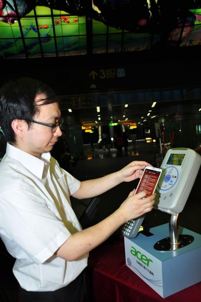 在活動現場,民眾體驗NFC手機交通票證測試服務帶來的便利性。(記者李晴玳/攝影)