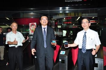 高捷公司總經理陳培安(左)、高市府經發局長曾文生(中)和中華電信公司代表(右)等人,共同啟動NFC手機交通票證測試服務。(記者李晴玳/攝影)
