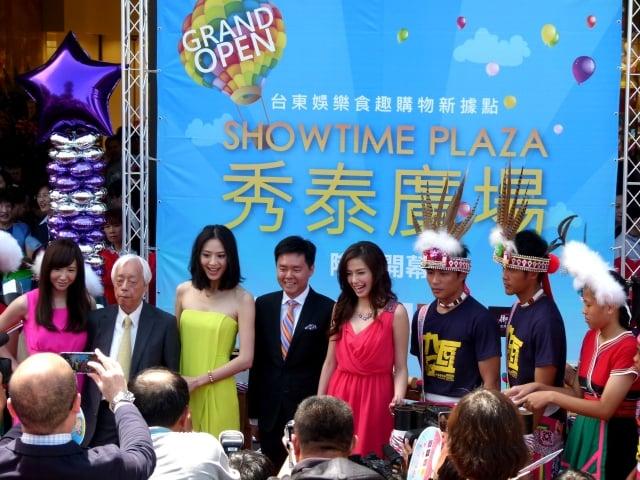 秀泰董事長廖治德(左2)偕女兒、知名藝人Linda(左1)和白歆惠(左3)及袁艾菲(左5)站台。(記者龍芳/攝影)