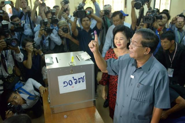柬埔寨7月28日舉行國會選舉投票,現任總理洪森尋求繼續執政。圖為洪森投票的情形。(AFP)