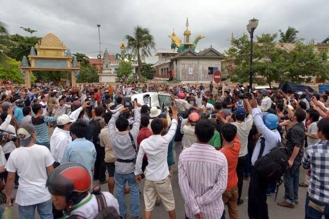 柬埔寨7月28日國會選舉執政黨宣布勝選,在野黨指責這次選舉充斥舞弊行為。圖為無法投票的柬國民眾前往選舉委員會抗議。(AFP)