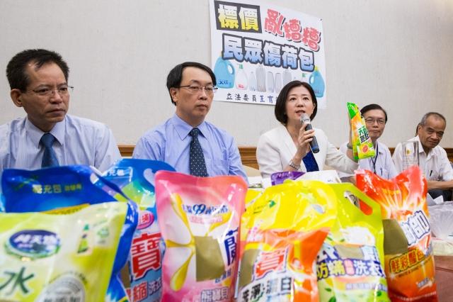 ●國民黨立委王育敏(左3)表示,市售許多洗衣精、沐浴乳等商品,「單位標示」不同,易誤導消費者用錯誤方式比價。(記者陳柏州/攝影)