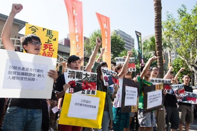 日前,近百名學生聚集立法院外,表達反對服貿協議訴求。(記者陳柏州/攝影)