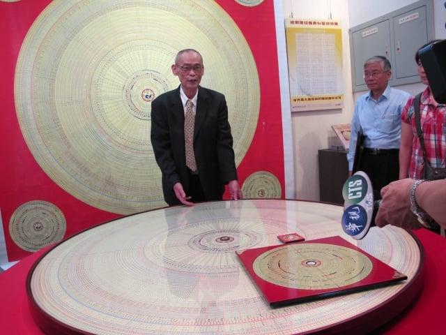 捐贈者彭暐榮(左)與直徑152公分大羅盤及一般人使用的大、小羅盤。(記者廖素貞/攝影)