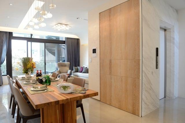 朗朗採用知名品牌三菱電梯、6 人份、速度60公尺╱分鐘(與12樓華廈等同),獨步其他建案。  (記者蘇玉芬/攝影)