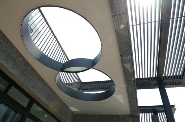 頂樓的雙圓圈,是隱藏在建物裡的藝術品。(記者謝平平/攝影)