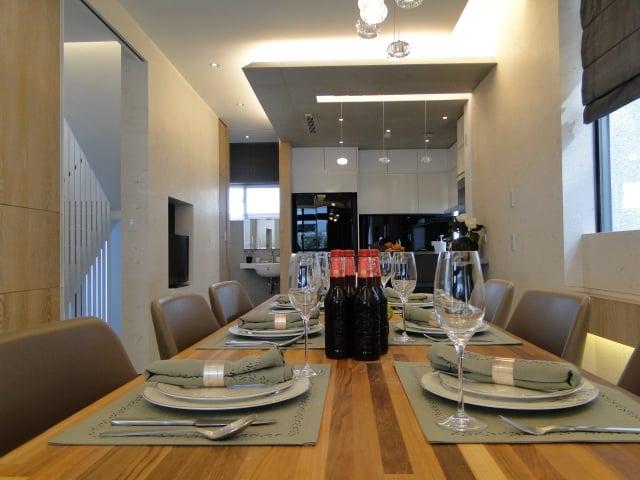 餐廳與廚房形成一條視覺軸線。(記者謝平平/攝影)