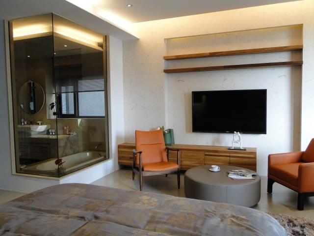 整層大主臥室,浴室的大面玻璃窗,讓視覺更有穿透感。(記者謝平平/攝影)