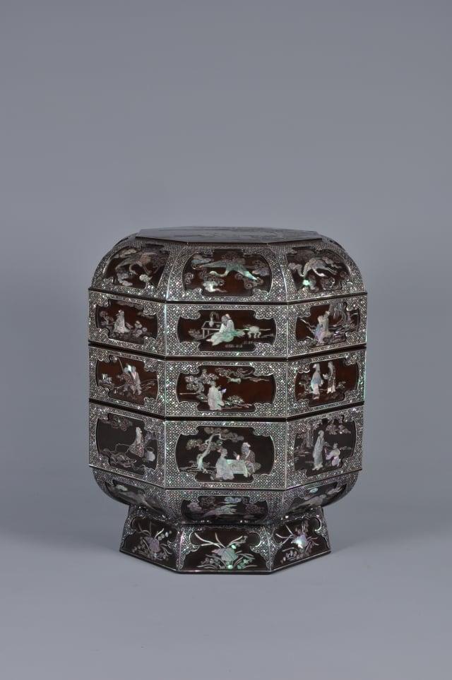 黑漆嵌螺鈿人物紋八角形套盒。(國立歷史博物館提供)